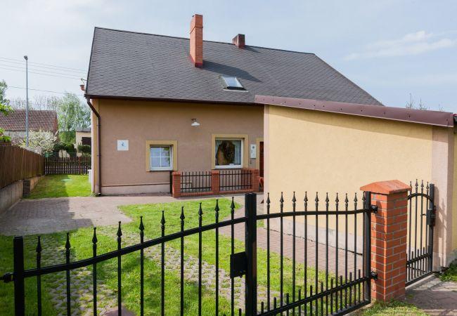 Haus, Garten, Zaun, Terrasse, Parkplatz, Exterieur