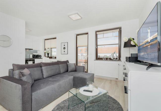 Wohnzimmer, Fernseher, Sofa, Couchtisch, Essbereich, Esstisch, Stühle, Küchenzeile, Miete