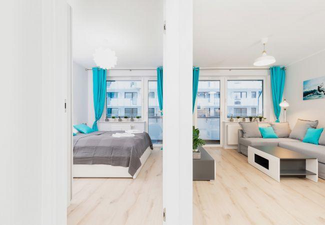 wohnzimmer, sofa, tv, couchtisch, essbereich, esstisch, stühle, küchenzeile, wohnung innenraum, wohnung, miete