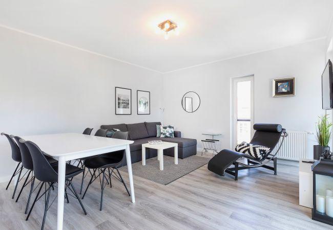 wohnzimmer, sofa, couchtisch, liege, tv, essbereich, küchenzeile, wohnung, interieur, miete